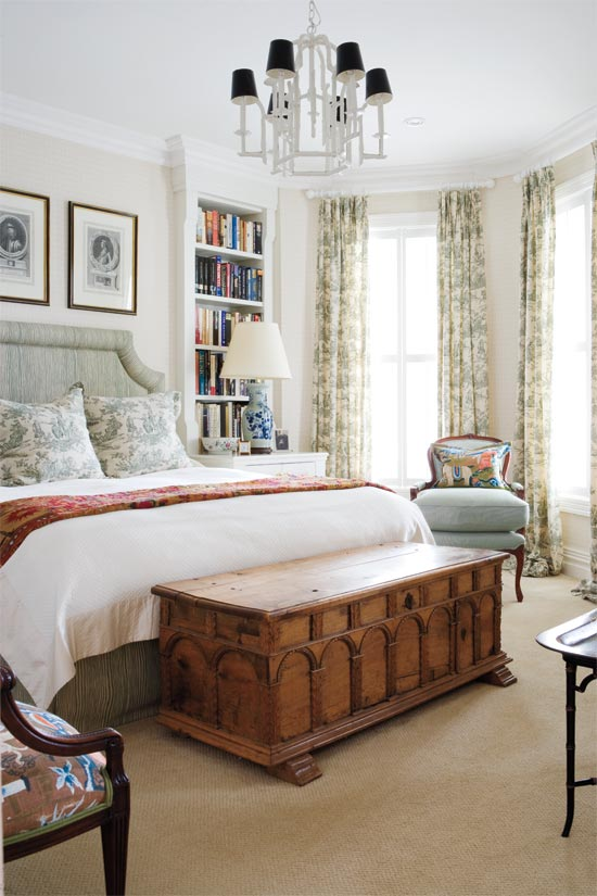 English charm For the more traditional types, this bedroom would be your cup of tea. Chinoiserie on the bedding and tall window coverings give the space some colour, while the repainted chandelier acts as a strong focal point.