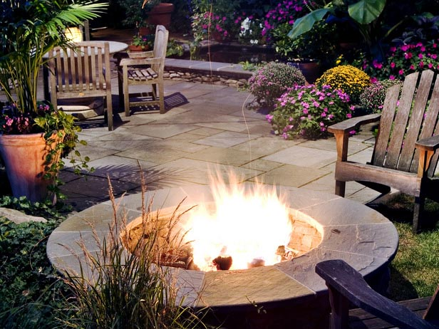 http://www.jenniferadamsdesignblog.com/2013/04/beautiful-outdoor-fireplaces-and-pizza.html
