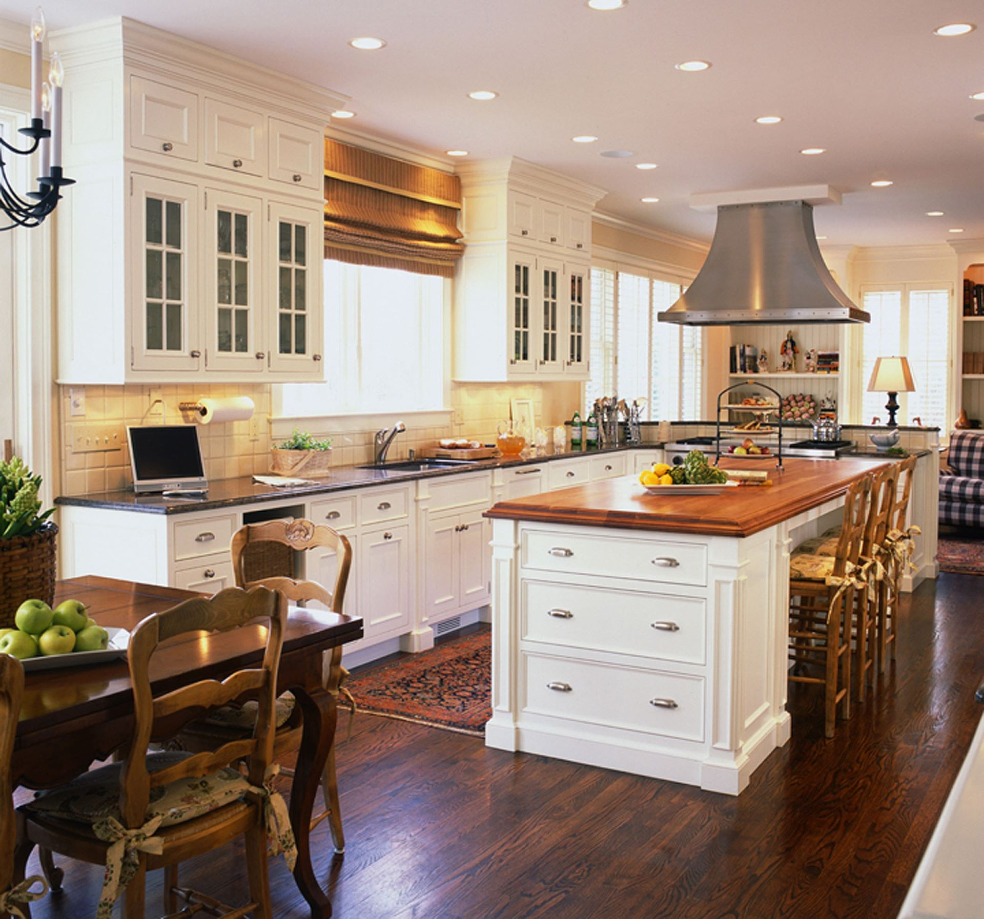 The enduring style of the traditional kitchen for Kitchen designs island
