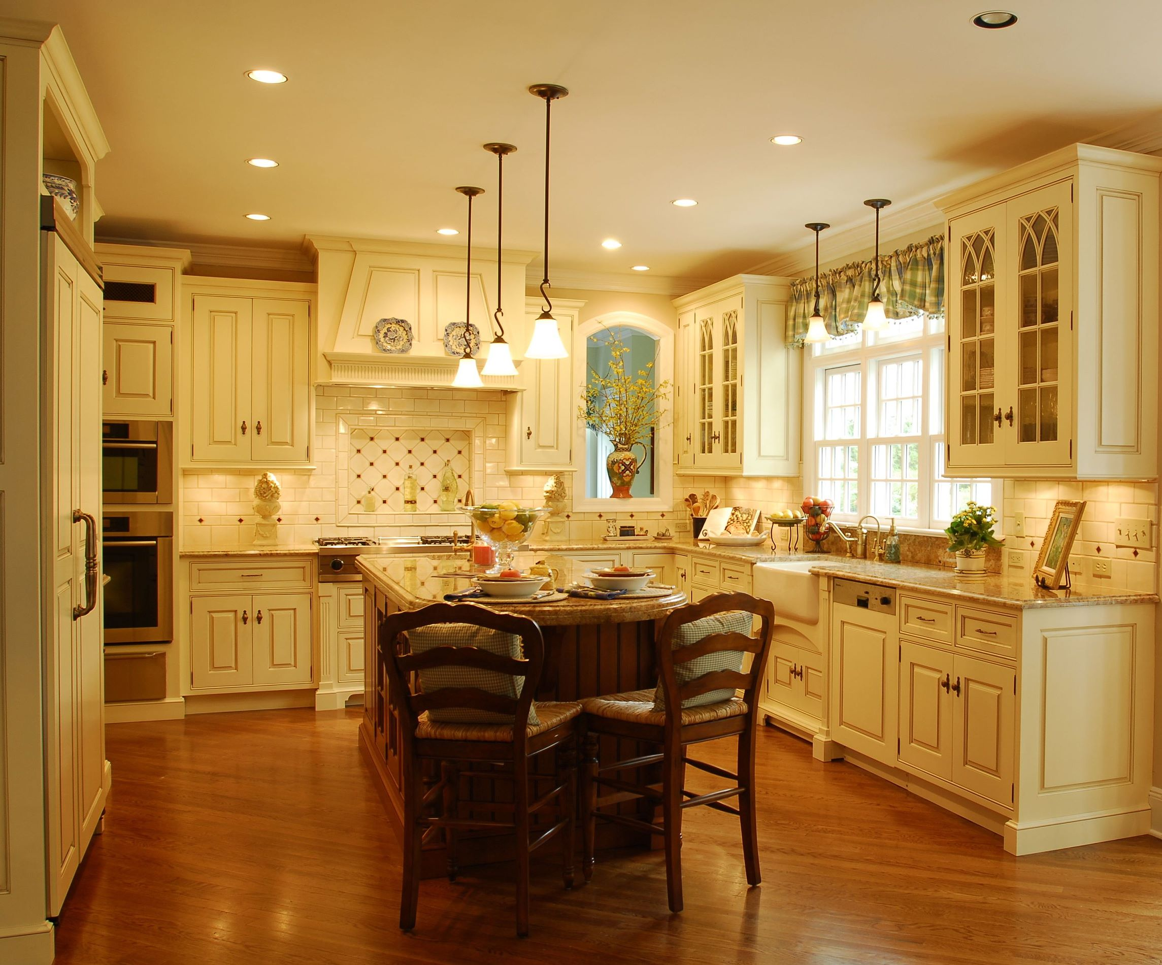 The enduring style of the traditional kitchen for Beautiful kitchen units designs