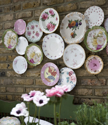 Plates decorate an outdoor space & Decorating with Plates for Creative Wall Displays