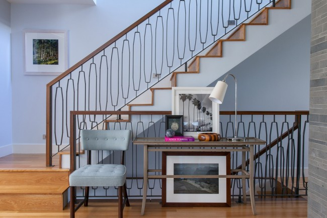 The lines of this console table blend well with the staircase