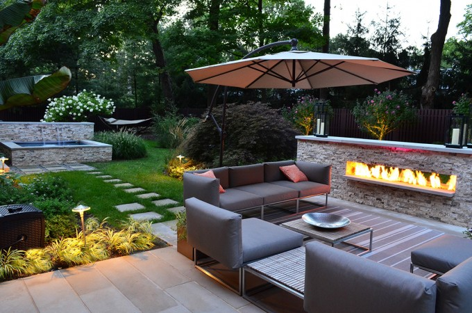 Comfortable seating options abound in this modern outdoor space