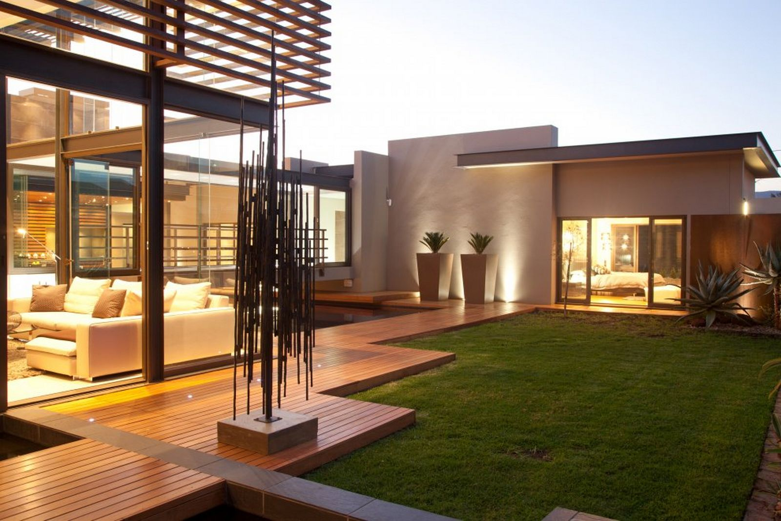 Stylish outdoor spaces for modern living for Exterior house design for small spaces