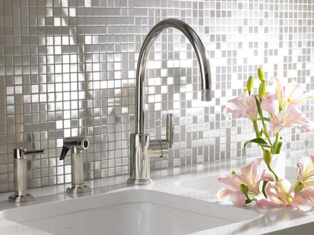Reflective stainless steel back-splash (brit.co)