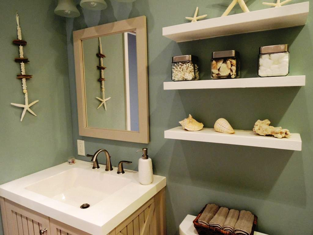 Beach themed bathroom with knick-knacks (themodernbaker).