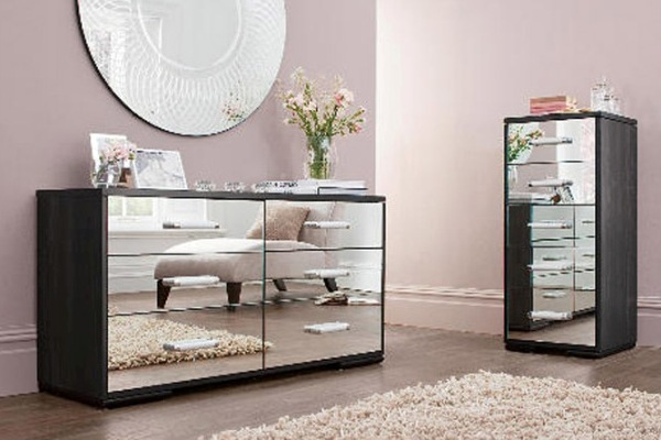 Mirrored furniture reflecting the room in front of it (stylepinner)