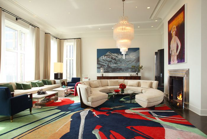 An abstract rug brings color to this room (galeriemagazine.com)