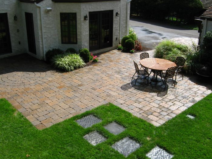 A patio of stone pavers (jacobsenlandscape.com)