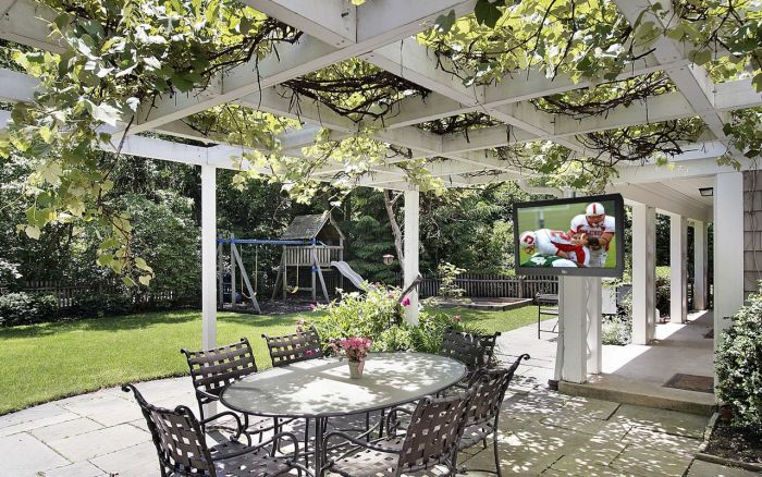 A trellis gives this outdoor space charm and shelter from the sun (midcityeast.com)