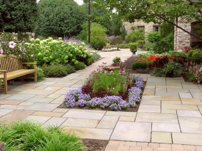 Designing green areas within the patio adds interest and color (patiodesignpictures.com)