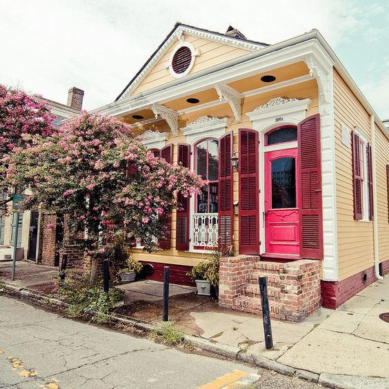 A charming French Quarter home shows off bright pink door (Pinterest)