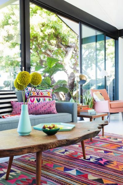 A bright rug and colorful accessories give a pastel-neutral room more interest. (revistacasaejardim.globo.com)