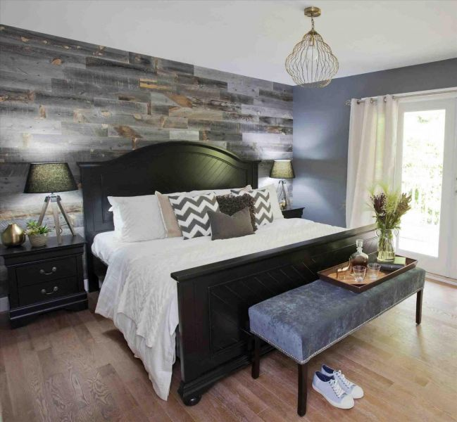The wood wall accents the colors of this bedroom (siudy.net)