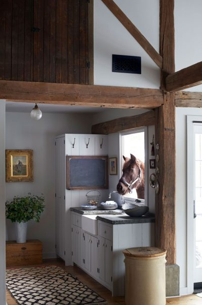 Do you miss your farmhouse or are you more of a village person? Well, if yes then opt for this rustic farmhouse style kitchen and revive your memories.
