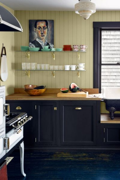 The British looking kitchen is speaking for itself. It's elegant and it looks so simple that it's hard to resits.